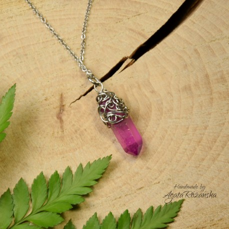 Wisiorek talizman różowo jagodowy kryształ górski aura