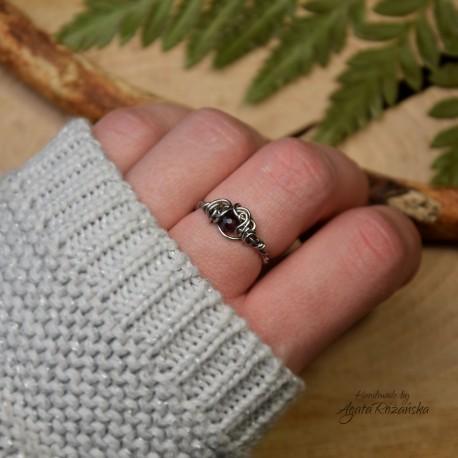 Mini pierścionek regulowany granat, wire wrapping
