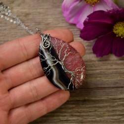 Truskawkowo czarny agat z kryształem, drzewo życia, wire wrapping